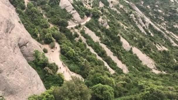 Montserrat, Španělsko, Skalnatá hora se stromy v pozadí