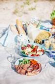 Fényképek Ízletes ételeket és tartozékok szabadtéri nyári és tavaszi piknik. Ebéd a tengerparton