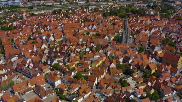 Luftaufnahme der Stadt Nördlingen in Bayern an einem sonnigen Frühlingstag während der Coronavirus-Sperrung.