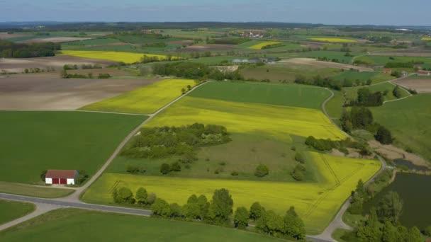 Luftaufnahme rund um das Dorf Fünfstetten in Bayern an einem sonnigen Spätnachmittag-Frühlingstag während der Coronavirus-Sperrung.