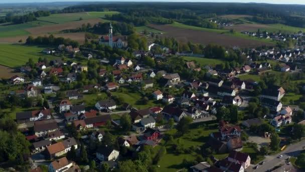Luftaufnahme des Dorfes Biberbach in Bayern an einem sonnigen Spätnachmittag-Frühlingstag während der Coronavirus-Sperrung.
