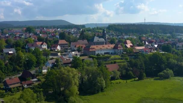 Letecký pohled na město a klášter Neudrossenfeld v Německu za slunečného jarního dne. Během uzamčení koronaviru.