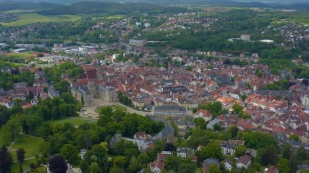 Letecký pohled na město a hrad Coburg v Německu za slunečného jarního dne. Během uzamčení koronaviru.