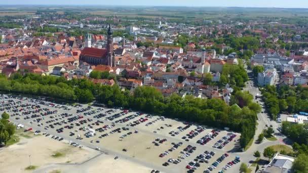 Luftaufnahme der Stadt Straubing in Bayern an einem sonnigen Frühlingstag während der Coronavirus-Sperrung.