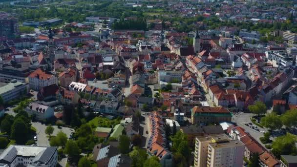 Luftaufnahme der Stadt Deggendorf in Bayern an einem sonnigen Frühlingstag während der Coronavirus-Sperrung.