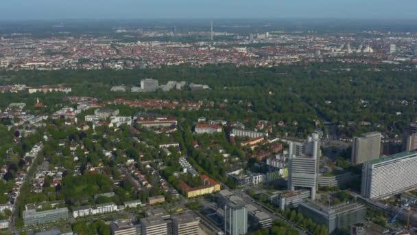 Luftaufnahme der Stadt München in Deutschland, Bayern an einem sonnigen Frühlingstag während der Coronavirus-Sperrung.