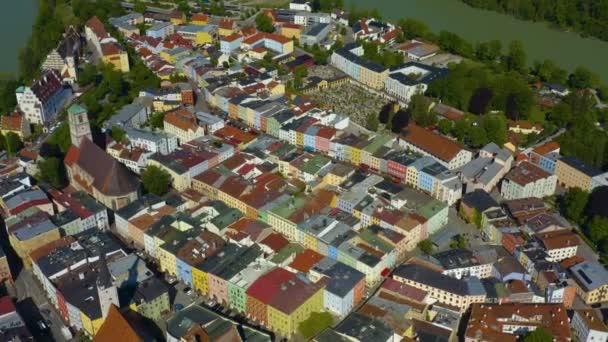 Luftaufnahme der Stadt Wasserburg am Inn in Bayern an einem sonnigen Frühlingstag während der Coronavirus-Sperrung.