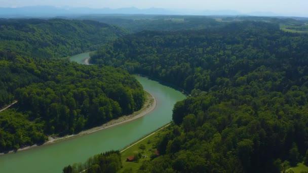 Luftaufnahme rund um das Dorf Unterhadermark an der Salzach in Bayern an einem sonnigen Frühlingstag.