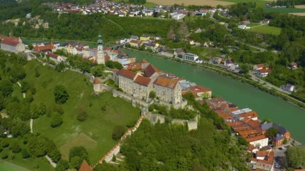 Luftaufnahme der Stadt Burghausen in Bayern an einem sonnigen Frühlingstag während der Coronavirus-Sperrung.
