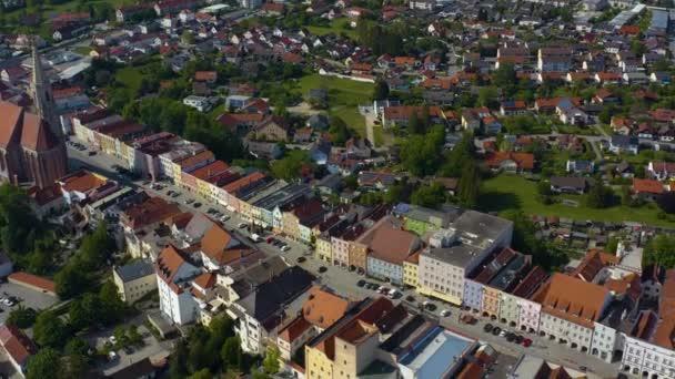Luftaufnahme der Stadt Neuötting in Bayern an einem sonnigen Frühlingstag während der Coronavirus-Sperrung.