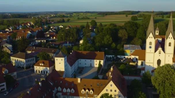 Luftaufnahme der Stadt Markt Indersdorf in Bayern an einem sonnigen Frühlingstag während der Coronavirus-Sperrung.