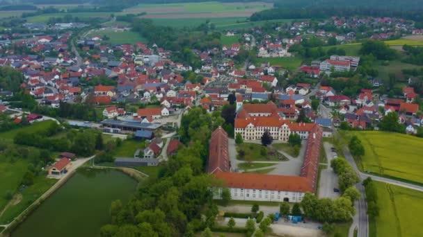 Luftaufnahme der Stadt Thierhaupten in Bayern an einem sonnigen Frühlingstag während der Coronavirus-Sperrung.