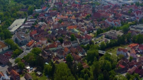 Luftaufnahme der Stadt Roth in Deutschland, Bayern an einem sonnigen Frühlingstag während der Coronavirus-Sperrung.