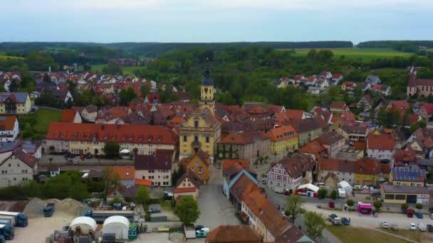 Luftaufnahme der Stadt Wilhermsdorf in Bayern an einem sonnigen Frühlingstag während der Coronavirus-Sperrung.