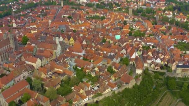 Luftaufnahme der Stadt Rothenburg ob der Tauber in Deutschland, Bayern an einem sonnigen Frühlingstag während der Coronavirus-Sperrung.