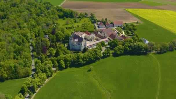 Luftaufnahme des Schlosses und der Taxis in der Nähe der Stadt Dischingen in Bayern an einem sonnigen Frühlingstag während der Coronavirus-Sperrung.