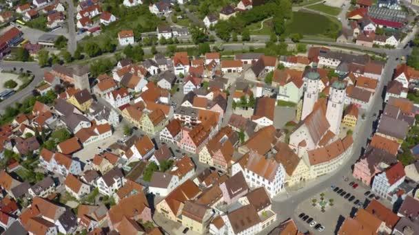 Luftaufnahme der Stadt Wemding in Bayern an einem sonnigen Spätnachmittag-Frühlingstag während der Coronavirus-Sperrung.