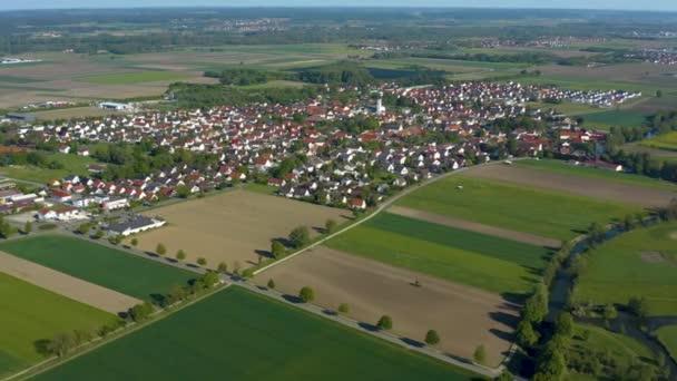Luftaufnahme der Stadt Nordendorf in Bayern an einem sonnigen Frühlingstag während der Coronavirus-Sperrung.