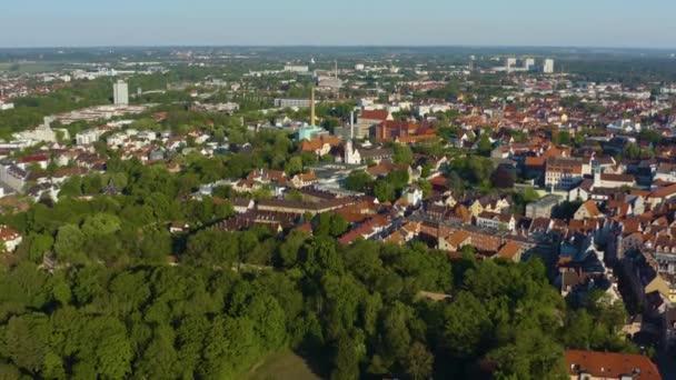Luftaufnahme der Stadt Augsburg in Deutschland, Bayern an einem sonnigen Frühlingstag während der Coronavirus-Sperrung.