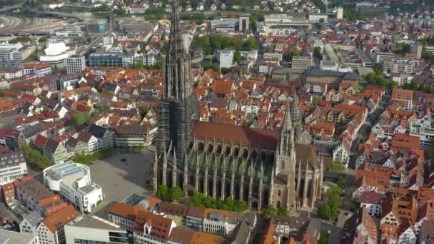 Luftaufnahme der Altstadt und des Ulmer Münsters an einem sonnigen Frühlingstag während der Coronavirus-Sperrung.
