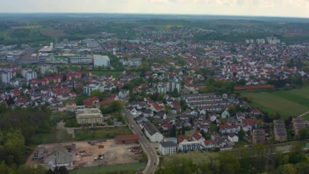 Luftaufnahme der Stadt Senden in Bayern an einem sonnigen Frühlingstag während der Coronavirus-Sperrung.