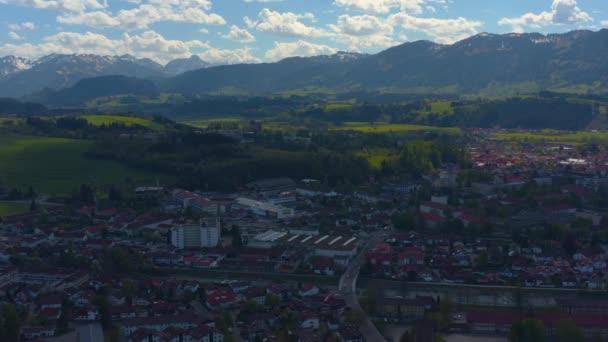 Légi felvétel a város Sonthofen Németországban, Bajorország egy napos tavaszi napon során a koronavírus zárlat.