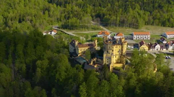 Luftaufnahme des Schlosses Hohenschwangau in Bayern während der Coronavirus-Sperrung.