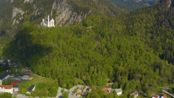 Luftaufnahme des Schlosses Neuschwanstein in Bayern während der Coronavirus-Sperrung.