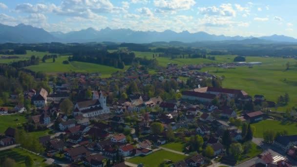 Luftaufnahme der Stadt und des Klosters Steingaden in Deutschland, Bayern an einem sonnigen Frühlingstag während der Coronavirus-Sperrung.
