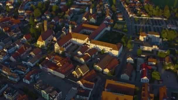Luftaufnahme der Stadt und des Klosters Bad Worishofen in Deutschland, Bayern an einem sonnigen Frühlingnachmittag während der Coronavirus-Sperrung.