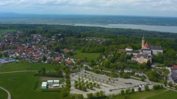 Luftaufnahme der Stadt und des Klosters Andechs in Deutschland, Bayern an einem sonnigen Frühlingstag während der Coronavirus-Sperrung.