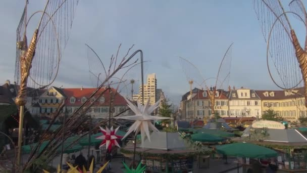 Weihnachtsmarkt in der Innenstadt von Ludwigsburg an einem sonnigen Nachmittag im Dezember.