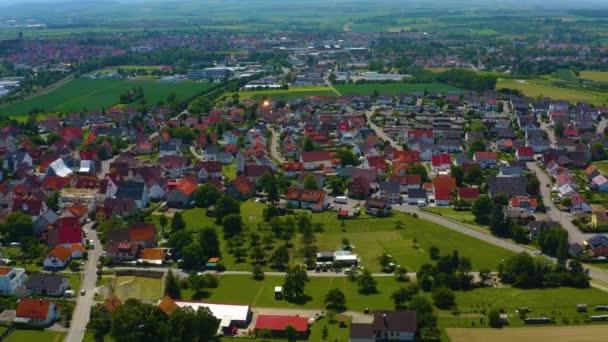 Antenne von Affsttt, Deutschland. Kamera zoomt heraus und dreht nach links, schwenkt dann rechts am Kreisverkehr vorbei zum nächsten Dorf.