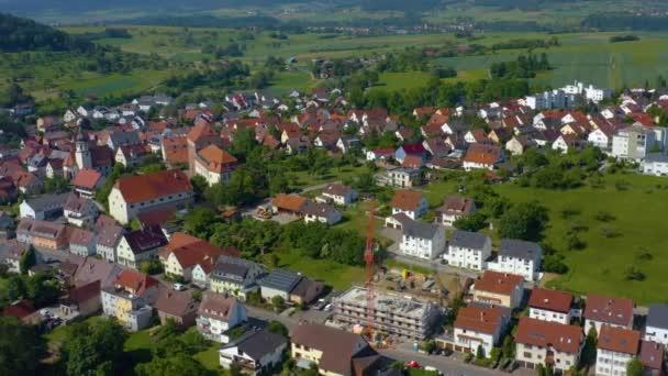 Luftaufnahme der Stadt Heimsheim in Deutschland. An einem sonnigen Morgen im Frühling.