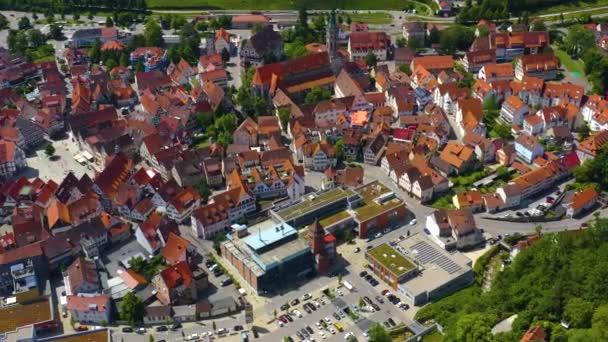 Letecký pohled na starou část města v Bad Urachu v Německu. Na jaře slunečný den