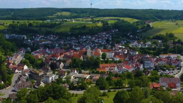 Luftaufnahme des Dorfes Waldenbuch in Deutschland. An einem sonnigen Frühlingstag