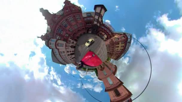 Frankfurt, Németország 360 fokos kamera, mint a kis Planet, vezetés egy napos nyári napon egy busz tetején.