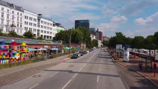 Létají ulicemi Hamburku, města v Německu. On Top of a double Decker bus on a sunny day in summer.