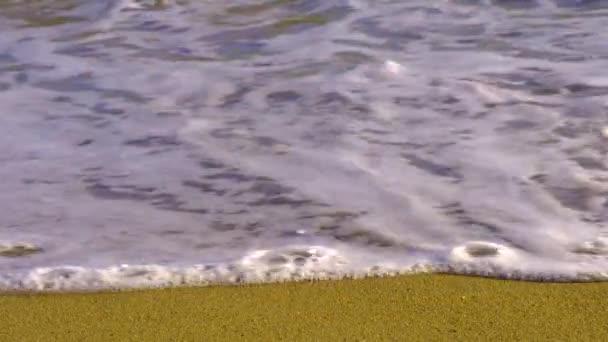 Széles angyal kilátás a strandra kis hullámok Spanyolországban.