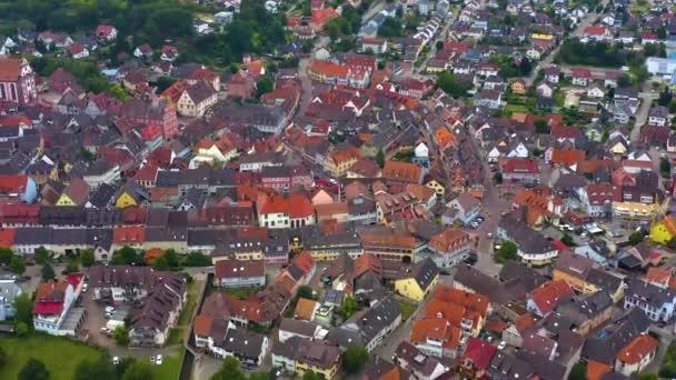 Letecký pohled na staré město Ettenheim v Německu za oblačného dne odpoledne.
