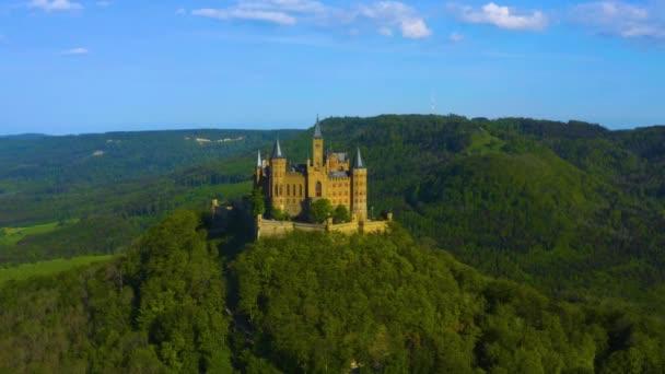 Letecký pohled na zámek Hohenzollern v Německu za slunečného jarního dne.