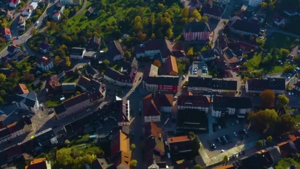 Luftaufnahme der Stadt Bondorf in Deutschland. An einem sonnigen Tag im Herbst, Herbst.