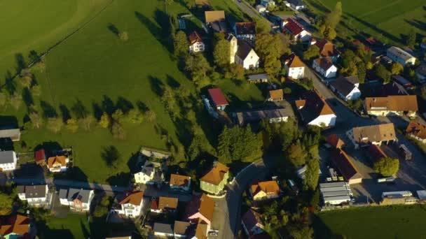 Letecký pohled na obec Hausen vor Wald v Německu. Za slunečného dne na podzim,