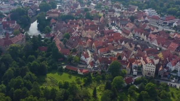 Luftaufnahme der Stadt Lauf an der Pegnitz in Bayern an einem bewölkten Sommertag.