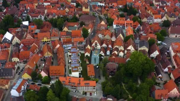 Luftaufnahme der Stadt Schwabach in Bayern an einem bewölkten Sommertag.