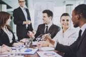Mnohonárodnostní tým podnikatelů v úřadu