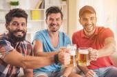 Fotografie Drei junge Männer Bier trinken auf Party zu Hause