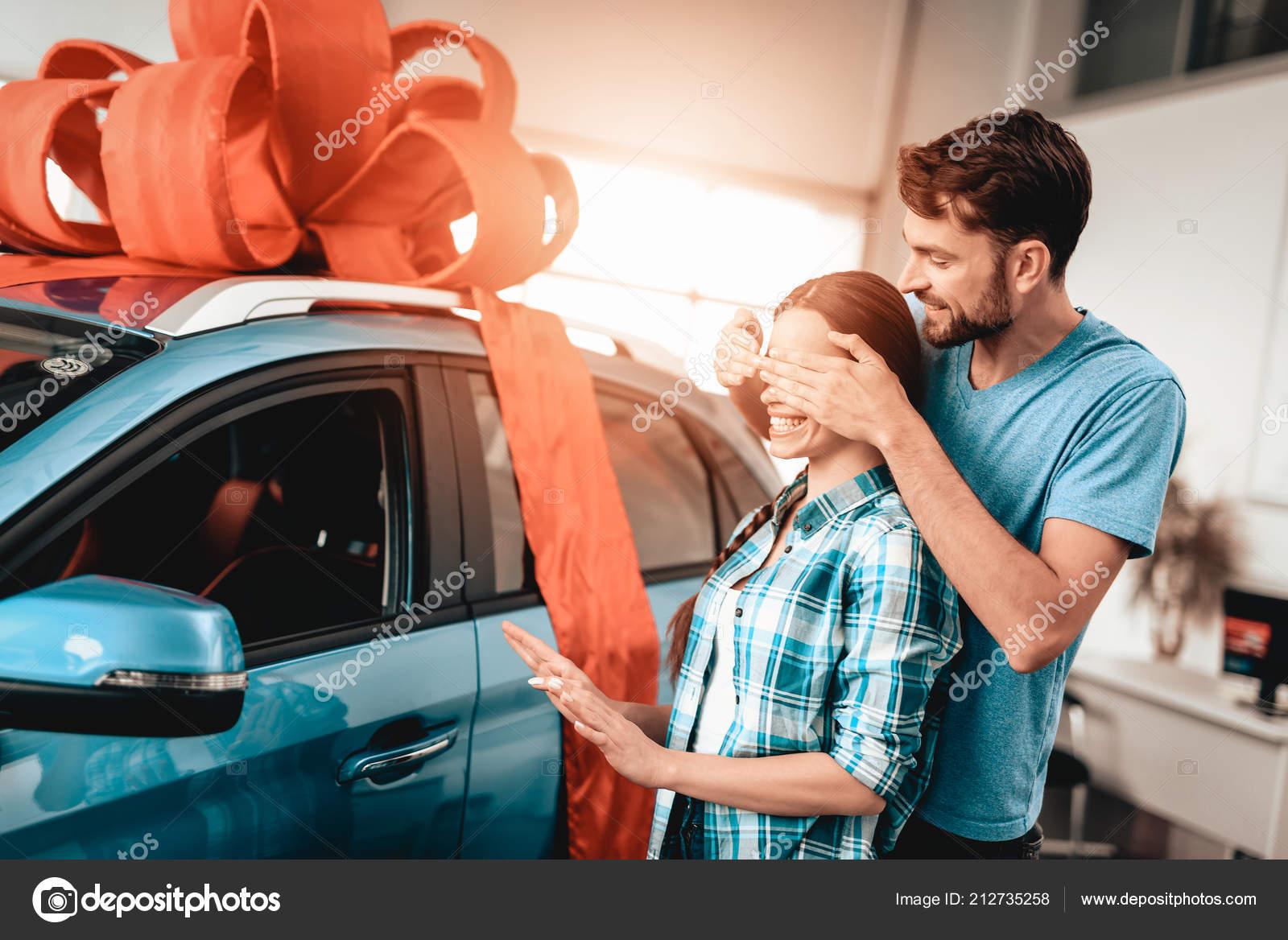 Ein Mann Zeigt Ein Neues Auto Freundin Geschenk Ideen Sie