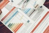 Energieeffizienz-Zertifikat mit Birnen auf Tisch.