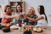 Fényképek A torta finom bor. Március 8 nők ünnepelni. Boldogság idő fiatal lány. Tavaszi időt a családdal. Kislány családjával. A szerelem és a boldogság időt a családdal. Boldog családi ünnep